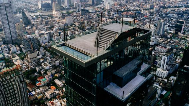 This Terrifying Glass Floor On Thailand Skyscraper Is Not For Faint-Hearted