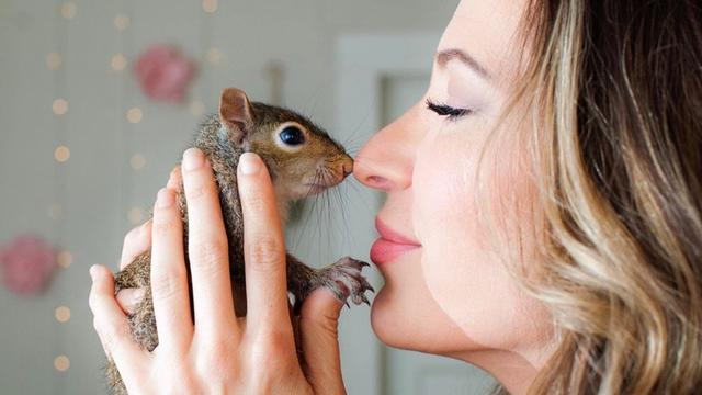 Woman Strikes Beautiful Friendship With Wild One-Eyed Squirrel